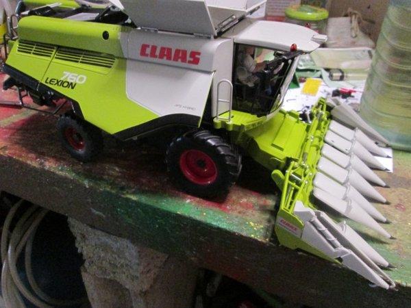 la CLAAS LEXION 760 avec becs maïs