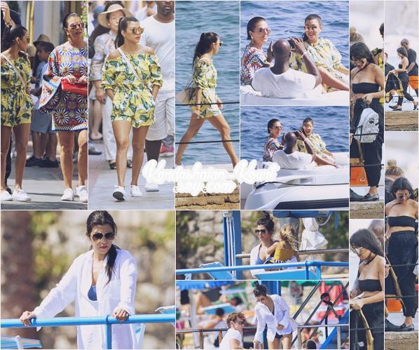 02/09/16 : Kourt, sa mère et enfants faisait du shopping, étaient sur un bateau, allaient manger ... à Capri, Italie. Ses tenues sont superbes, j'adore le look qu'elle arbore. Je lui accorde donc que des très beaux tops, surtout sa combi short.