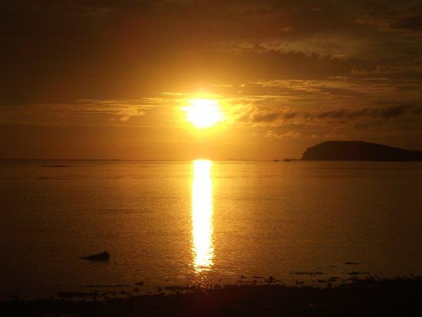 """Couché de soleil sur une plage de Païta . C'est là que l'expression """"Mettre les points sur les """"i"""" """" prend tout son sens !!!"""