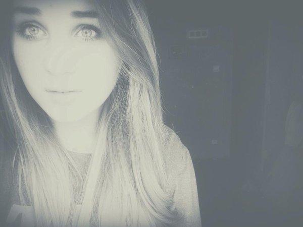 Je veux porter un de tes T-shirt comme pijama , regarder des films d'horreur avec toi , parler au telephone jusqu'au levé du soleil ,me faufiler en pleine nuit pour regarder les étoiles avec toi , jouer à ton jeu préferer , te faire regarder Gossip Girl , t'embrasser sous la pluie , aller me balader avec toi , rire jusqu'à que je ne puisse plus respirer , tenir ta main , construire un château , faire une bataille de boule de neige , parler de la vie autour d'un feu bien chaud . Je veux tomber désespérement amoureuse de toi . Et tu sais quoi , je le suis déjà .