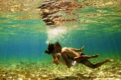 Je me sens seule, comme une bouteille à la mer. Noyée par les vagues de la mélancolie de la vie.
