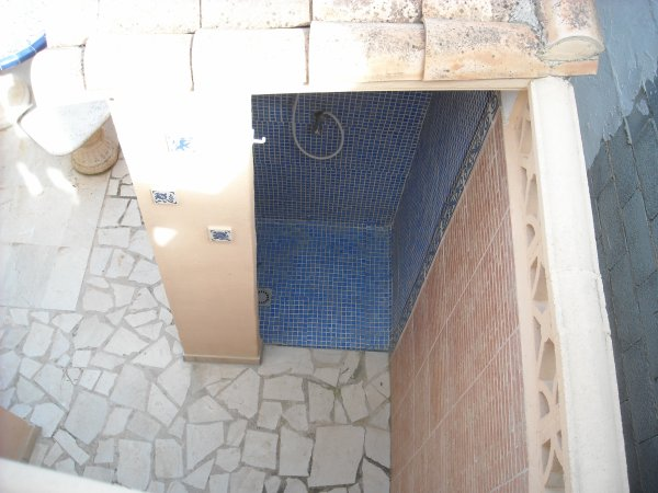 Coin douche à proximité du BBQ et de la piscine!