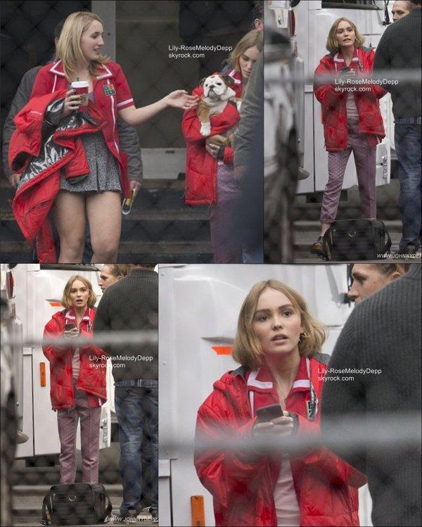 -  Non daté : Lily-Rose était sur le set de Yoga Hosers avec Johnny, Harley, et Peach (son chien qu'elle ne quitte plus).  -