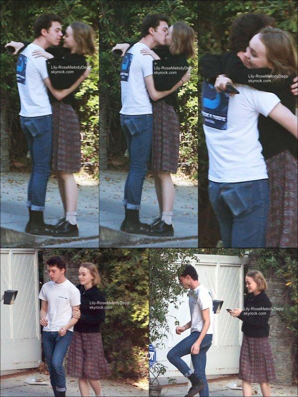 -  28/01/15 : Lily-Rose était avec son petit-ami devant chez elle, à Los Angeles.  -