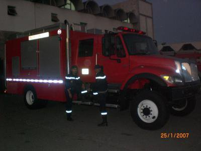 2 sapeur pompier avec camion international de canada. Black Bedroom Furniture Sets. Home Design Ideas