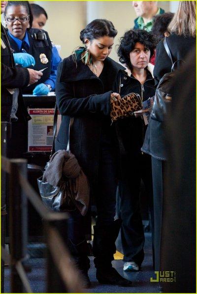 Vanessa Hudgens  : j'aime bcp ces deux tenues de soirée, par contre sa tenue à l'aéroport n'est pas très clair. En revanche, je ne sais trop quoi penser de ses boucles d'oreilles ...