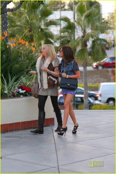 Ashley Tisdale fait du shopping avec sa maman : j'aime bcp sa tenue, bien que je ne sois pas fan de ce genre de veste en jean !