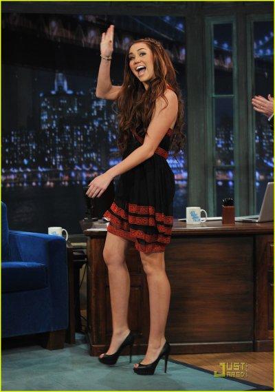 Miley fait son show sur le plateau de Jimmy Fallon : J'adore cette fille, elle se prend pas au sérieux, elle est naturelle, simple, et je la trouve très jolie.