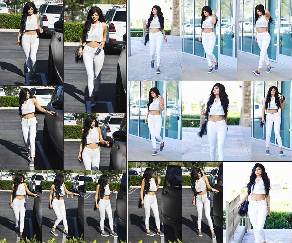 - - 01.03.2015- ─ Kylie Jenner a été photographiée alors qu'elle se baladait tranquillement dans les rues de Los Angeles !    C'est dans une tenue total look blanc que nous retrouvons la très belle Kylie Jenner. C'est un jolie top, j'aime tellement son style. Qu'en penses-tu ? -