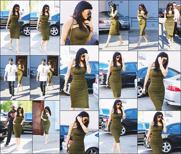 - - 01.06.2015- ─ Kylie Jenner a été photographiée alors qu'elle se baladait tranquillement dans les rues de Beverly Hills !    Miss Jenner était en compagnie du rappeur Tyga. J'aime beaucoup la robe qui met sa belle sihlouette en valeur, ses chaussures son trop jolie, un top.  -