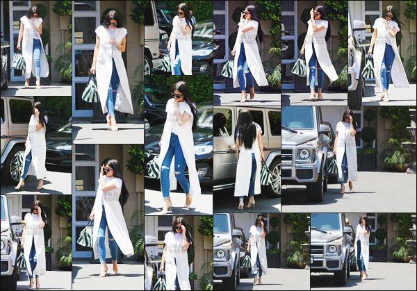- - 17.06.2015- ─ Ky' Jenner a été photographiée alors qu'elle sortait du « Epione Cosmetic Dermatology » - à Beverly Hills     Kylie a été vue rejoindre Pia Mia allant déjeuné chez Fred Segal. La miss est vêtue d'un top blanc et d'un très beau jean bleu accessoirement déchiré ! -