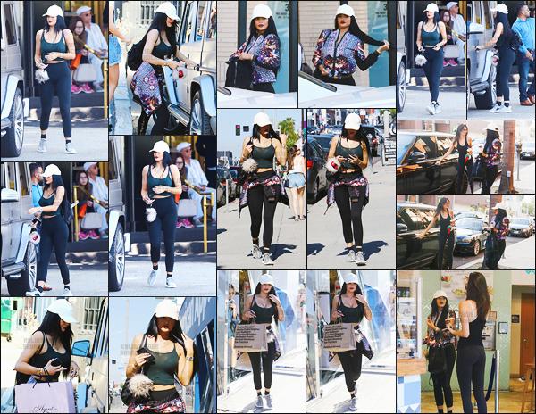 - - 20.06.2015- ─ Ky' Jenner accompagnée de sa s½ur Kendall ont été vue faisant une virée shopping ─ à Beverly Hills !    Elles se sont également arrêter au magasin « Frozen Yogurt Shops » ! Kylie est magnifique, sa tenue est classique mais j'aime bien ! Top le make-up. -
