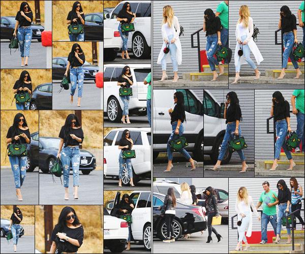 """- - 01.07.2015- ─ Kylie Jenner a été photographiée alors qu'elle arrivait et quittait le bowling dans la ville de Los Angeles !     Miss Jenner était en compagnie de sa famille pour filmer des scènes pour le show """"L'incroyable famille Kardashian"""".  La tenue de Ky est juste sublime -"""