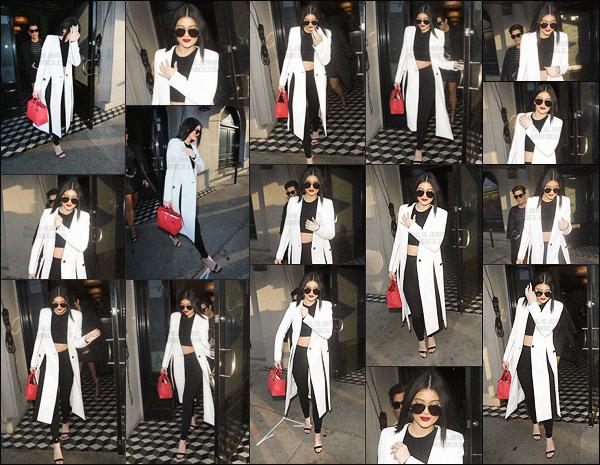 - - 07.07.2015- ─ Kylie Jenner a été photographiée alors qu'elle quittait le restaurant Craig situé dans West Hollywood, CA     Kris et Kylie se sont accordées une petite soirée restaurant. La dernière du clan Kardashian portait un crop-top noir avec un manteau blanc que j'adore. -