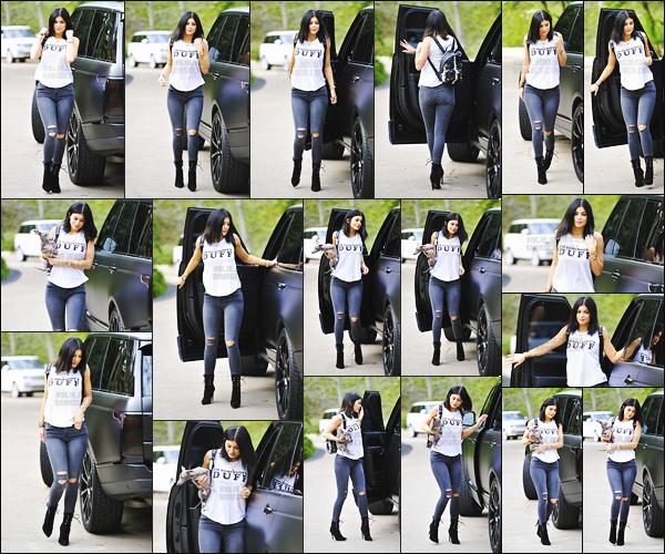 - - 12.01.2015- ─ Kylie Jenner avec son chien sous les bras, a été repéré alors qu'elle était les rues de Malibu - Californie !     Une tenue totalement normal pour cette sortie, miss Kylie était vétue d'un simple jeans et d'un tee-shirt banc. Pour moi, c'est un gros top pour la tenue.  -