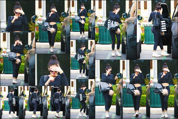 - - 18.03.2015- ─ Kylie Jenner a été repérée alors qu'elle faisait du shopping au magasin  « Sephora » - dans Calabasas !     Look totalement décontracté pour notre jolie brune ! Elle était vêtu d'un simple legging noir et d'un pull noir, j'aime ses lunettes de soleil. Tu aimes ? -