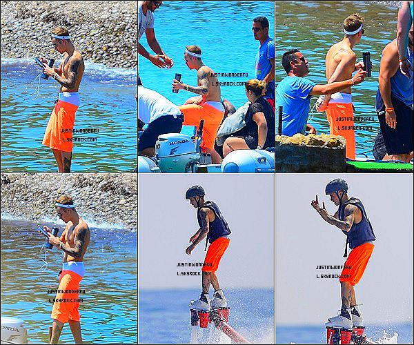 . 03/08/14 : Justin Bieber a été photographie alors qu'il profitait de ses derniers moments à Ibiza, Espagne. Justin Bieber annonce qu'il quittera l'île espagnol. Il a bien du profité de ses vacances, il a eu raison. En tout cas, il a l'air de s'amuser. .