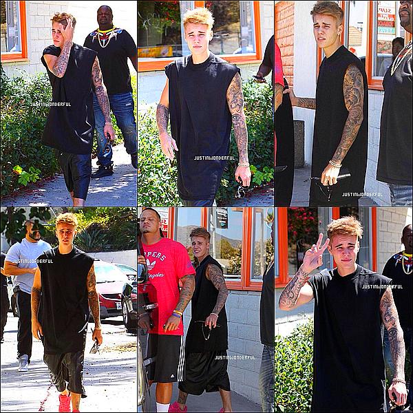 . 21/08/14 : Justin Bieber a été photographie a plusieurs reprise dans les rue de Los Angeles. Les paparazzis ne lâche plus Justin d'une semelle. Il enregistre actuellement un album accoustique avec Cody Simpson. .