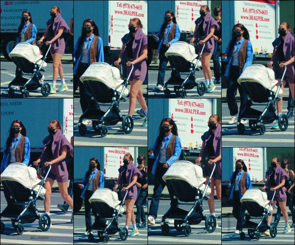 - 08/04/21 - New York, US'♡Miss Isabella Hadid a été photographiée avec sa soeur Gigi Hadid et sa fille Khai. ➤ Quel plaisir de revoir le duo à NYC ! J'aime beaucoup la tenue de Bella très retro avec une chemise bleu magnifique ! -