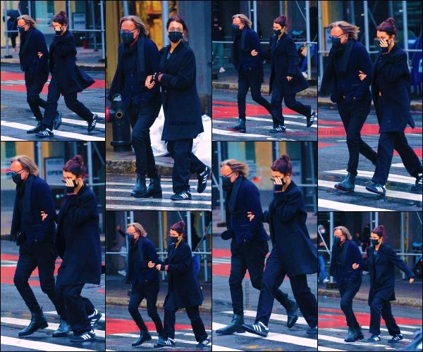 - 11/04/21 - New York, US'♡La magnifiquemannequin Isabella Hadid se baladait dans la ville avec son père ! ➤ La jolie mannequin profitait de sa journée off pour une balade avec son papa Mohamed. Une tenue simple mais top. -