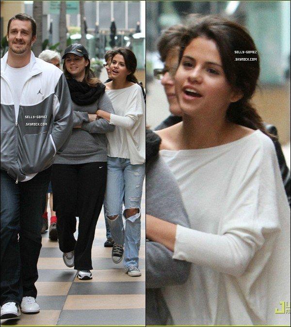 . Le 8 janvier 2011   Selena et ses parents ont étaient au centre commercial de Sherman Oaks à Los Angeles. .