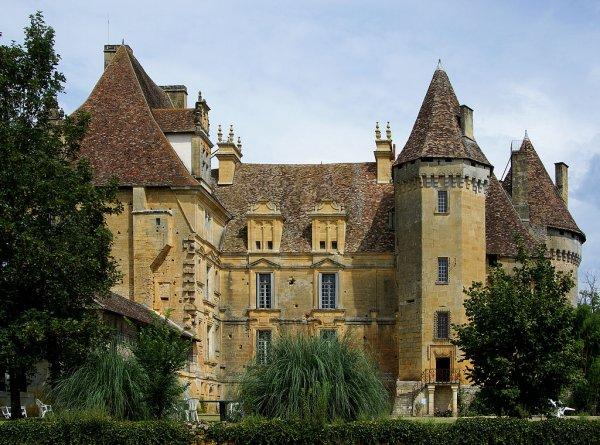 Le château de Lanquais (Dordogne, France).
