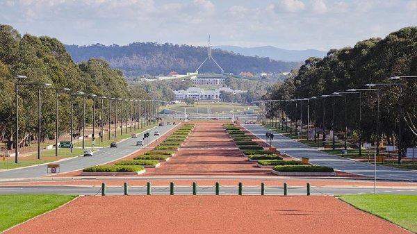 L'ANZAC Parade, vue du mémorial australien de la guerre, avec l'ancien et le nouveau parlement en arrière-plan, à Canberra.