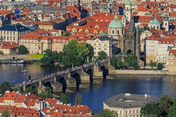 Le pont Charles, sa tour gothique et l'église Saint-Nicolas, dans la Vieille Ville de Prague, vus de la tour de Petřín