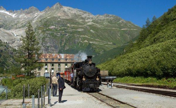 Un train de la ligne sommitale de la Furka en gare de Gletsch (canton du Valais)