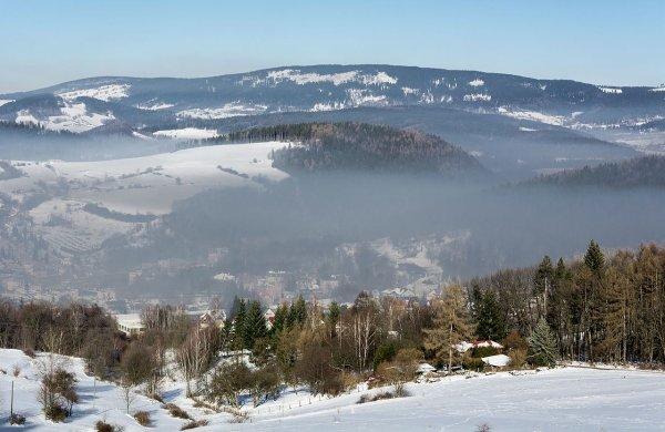 Brume sur la ville polonaise de Nowa Ruda et les Góry Sowie, dans les Sudètes centrales.