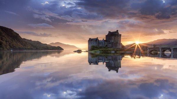 L'île et le château d'Eilean Donan au crépuscule, sur le loch Duich, en Écosse