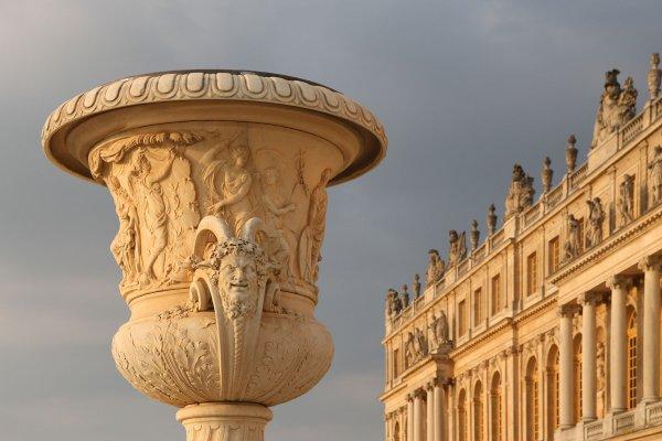Le vase de la paix, à proximité de la façade ouest du château de Versailles