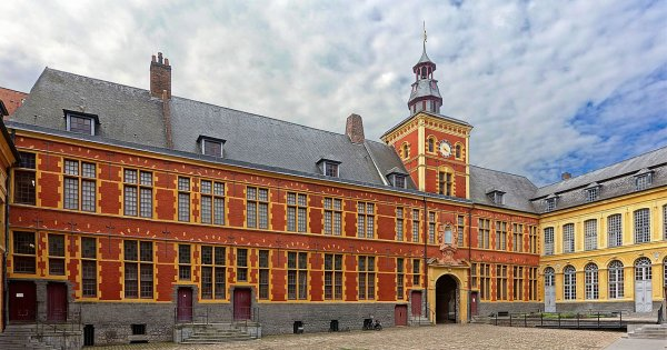 La cour intérieure de l'hospice Comtesse, à Lille