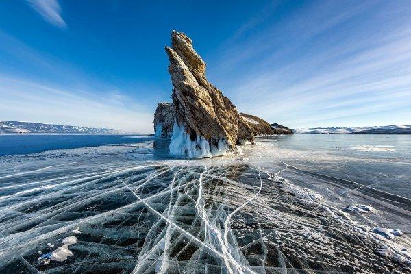 L'île d'Ogoy et le lac Baïkal gelé (Russie)