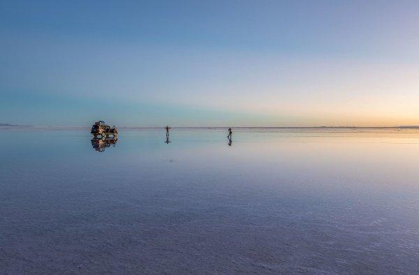 Réflexion sur le salar d'Uyuni (Bolivie).