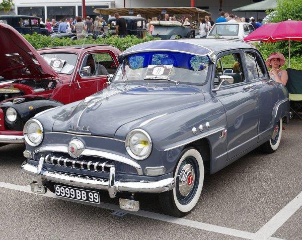 Une Simca 9 Aronde, modèle 1954.