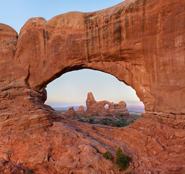 La Turret Arch vue à travers la North Window, dans le parc national des Arches (Utah)