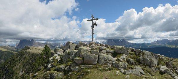 Croix sommitale du Raschötz, à Ortisei, près du val Gardena (Trentin-Haut-Adige).