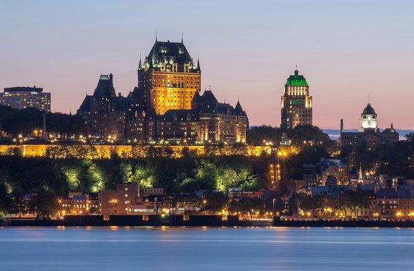 Le Château Frontenac et Québec au crépuscule, vus de Lévis, sur l'autre rive du Saint-Laurent