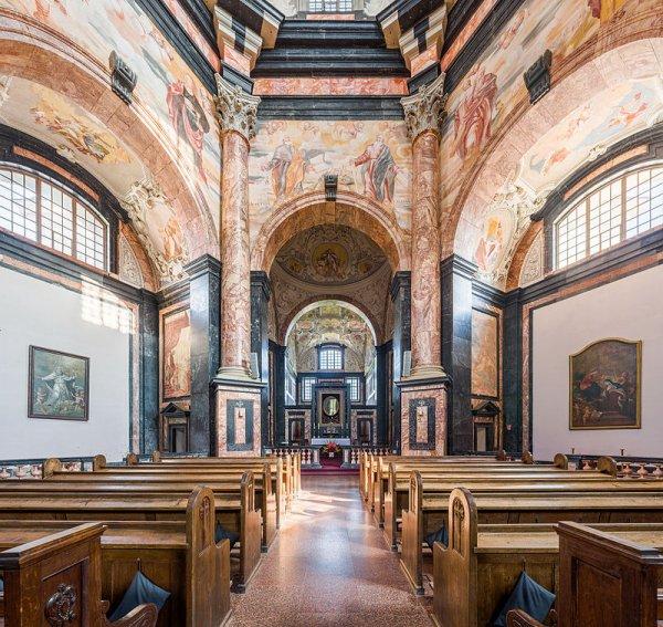 Vue intérieure de l'église du monastère de Pa¸aislis, à Kaunas (Lituanie)