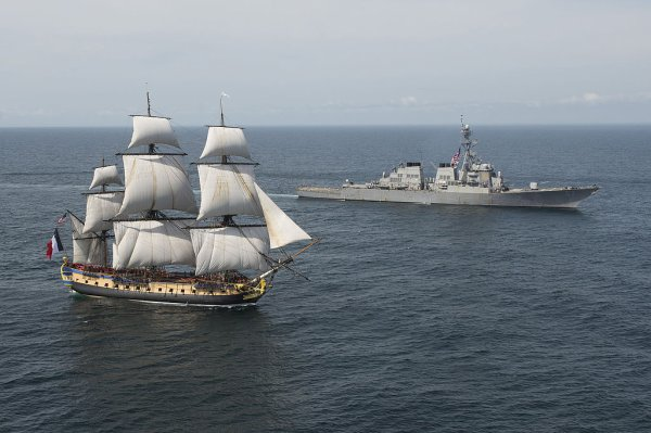 L'Hermione, escortée par l'USS Mitscher
