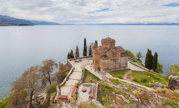L'église Saint-Jean de Kaneo surplombant le lac d'Ohrid, dans la ville du même nom, en Macédoine