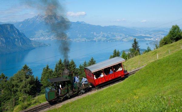 Locomotive à chaudière verticale des Rigi Bahnen poussant un wagon sur les pentes du Rigi dominant le lac des Quatre-Cantons (canton de Schwyz)