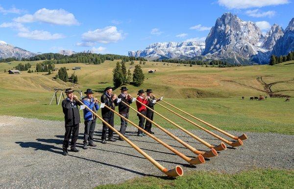 Joueurs de cor des Alpes sur l'Alpe de Siusi (Tyrol du Sud)