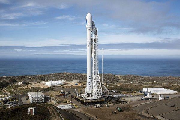 La fusée Falcon 9 sur le pas de tir de la Vandenberg Air Force Base le 16 janvier 2016, la veille du lancement du satellite emporté Jason 3