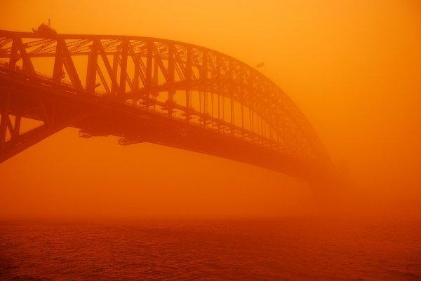 Le Harbour Bridge de Sydney au cours d'une tempête de poussière rouge, en 2009