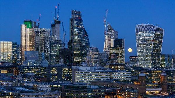 La super lune du 31 janvier 2018 dans le ciel de la Cité de Londres vu depuis la Tate Modern
