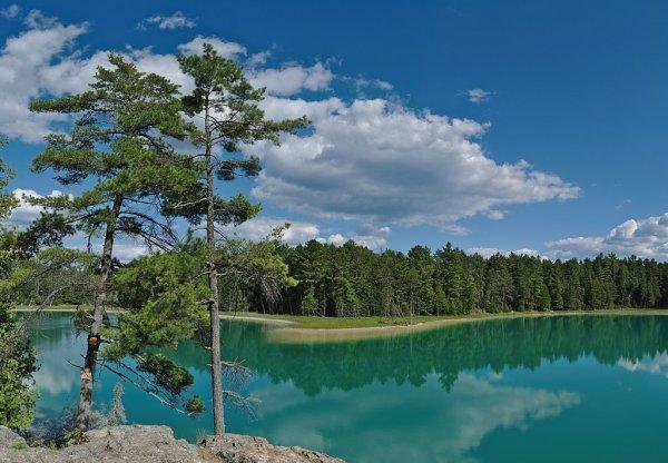 Le lac méromictique McGinnis, dans le parc provincial Petroglyphs (Ontario)