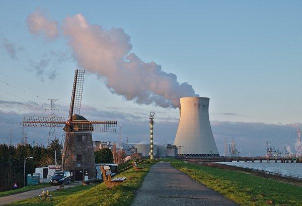 Le moulin à vent et une des tours aéroréfrigérantes de la centrale nucléaire de Doel (province de Flandre-Orientale)