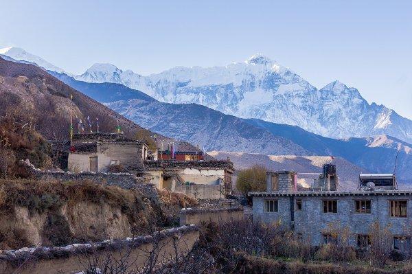 Paysage du comité de développement villageois népalais de Kagbeni, avec le Nilgiri en arrière-plan